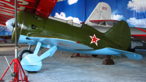 17. под крылом гиганта АНТ-25 самолет И-16 (а.конструктор Н.Н. Поликарпов)