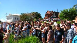 6. Жители и гости города чкаловск смотрят авиашоу над горьковским водохранилищем