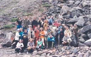 Фото 2 - Участники экспедиции Кодар-2002  у Памятной табличкм