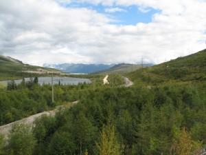 02. У перевала. Озеро, второй ствол тоннеля, автодорога, старый путь БАМа; справа от ЛЭП - современный северомуйский обход