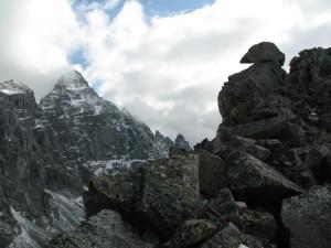 08. На перевале Трех Жандармов (Три Жэ). Слева от центра-пик БАМ