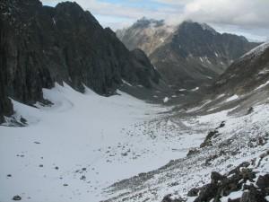 10. Ледник Азаровой, долина р.Медвежий с перевала Три Жэ