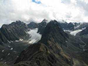 15. На хребте Кодар над перевалом Медвежий. Слева - ледник Азаровой, справа - ледники Советских Географов и Тимашева