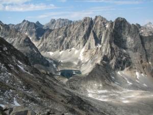 22. Подъем на пик Пионер. Вид в сторону перевала Три Жэ (левее - подножие пика БАМ)