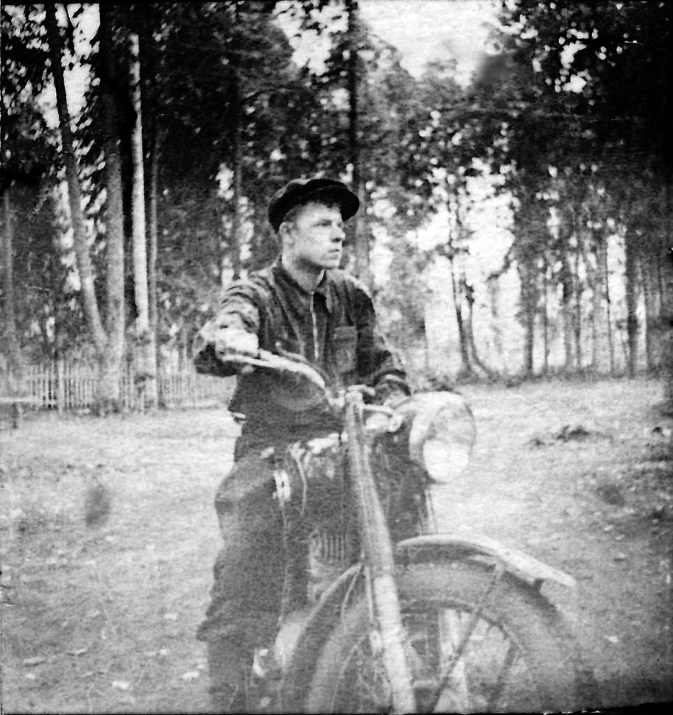 1952 Ганькин В М на первом мотоцикле в Тупике