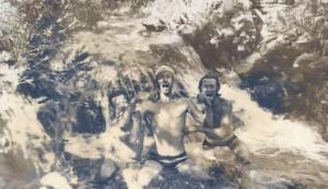 Фото 2 - А. А. АГАПОВ в центре под водопадом