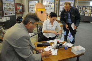 Фото 15 - Валерий Ганькин получает погашенные конверты