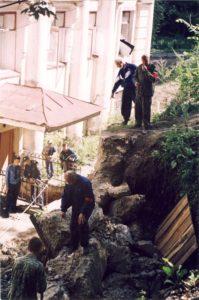 Фото 2 - 2000.08 -  Вход в пещеры.После взрыва стены __Праченко