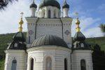 Крымские сувенирные жетоны рядом с Форосской церковью